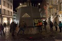 Die Kult-Ur-Fasnächtler auf dem Weinmarkt verpacken ihren Brunnen